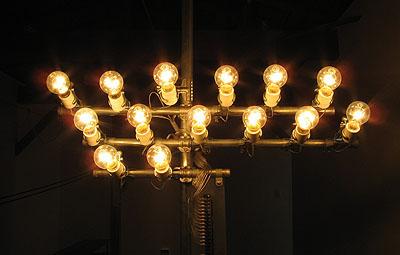 タムラサトル展 10の白熱灯と7本の蛍光灯のための接点